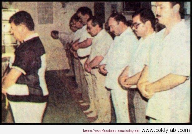 Cumhurbaşkanı Turgut özalın namaz kıldırdığı o an