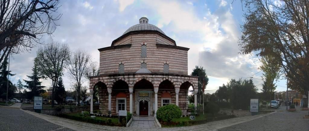 Haseki Camii, İstanbul'un Fatih ilçesinde Haseki ile Cerrahpaşa semtleri arasında Avratpazarı'nda bulunan Kanuni Sultan Süleyman'ın eşi Hürrem Sultan tarafından Kanuni Süleyman'ın eşi Haseki Sultan için 1538-1551 arasında tamamlanmıştır.