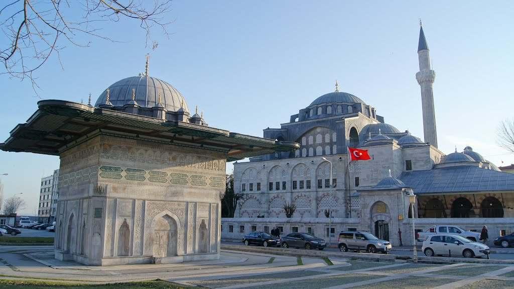 Kaptan-ı Derya Kılıç Ali tarafından Tophane semtinde 1580 yılında yaptırılmıştır. Türbe, medrese ve hamamdan oluşan bir de külliyesi vardır.