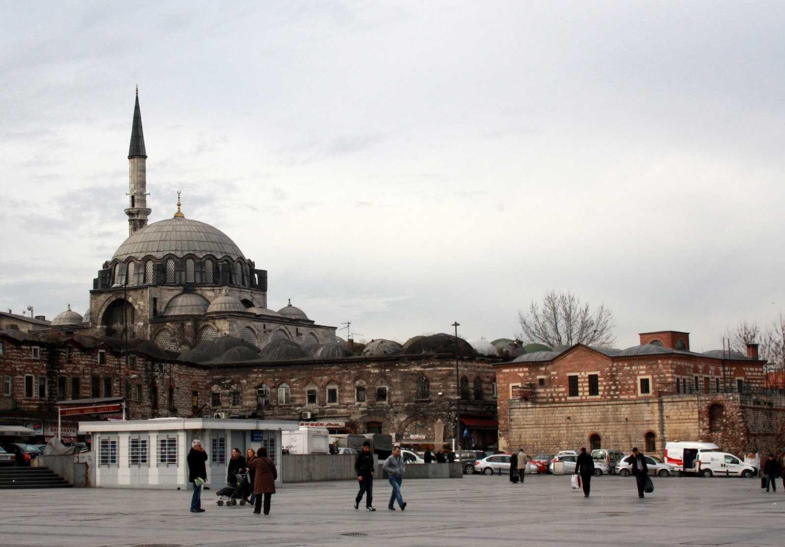 Kanuni Sultan Süleyman'ın vezirlerinden ve aynı zamanda damadı olan Rüstem Paşa için Mimar Sinan'a yaptırıldı (1561). Caminin yerinde önce Halil Efendi Mescidi vardı.