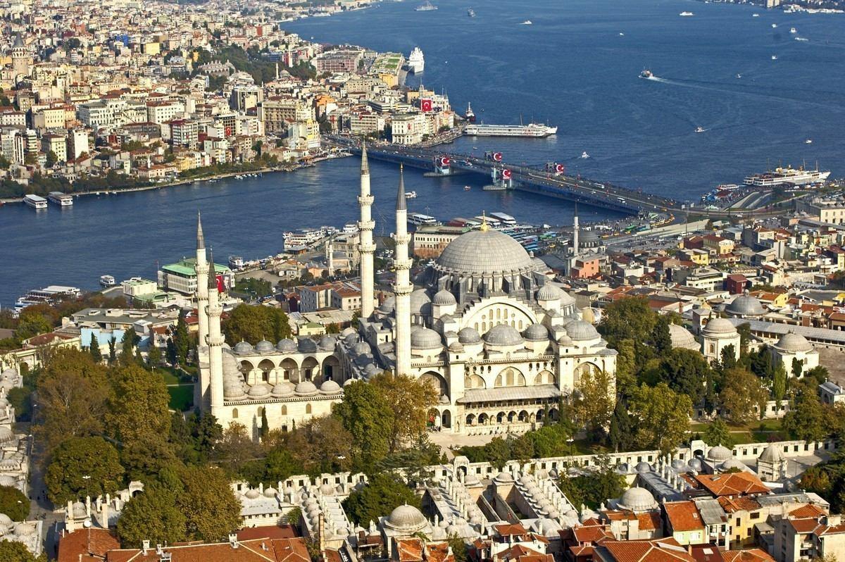 Süleymaniye Camii, Kanuni Sultan Süleyman adına 1551-1558 yılları arasında inşa edilmiştir.