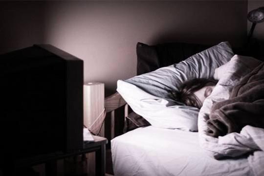 Tv izleyerek uyuma