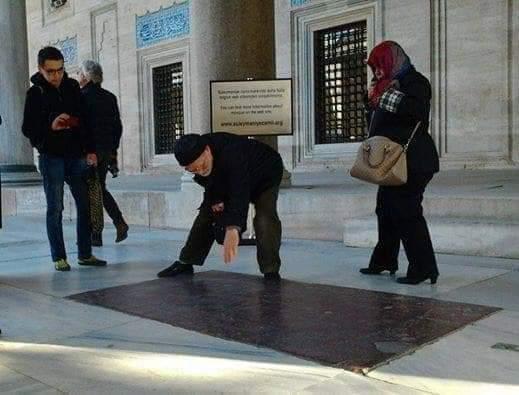 Süleymaniye Cami'sinin Avlusundaki Kırmızı Taşların Anlamı